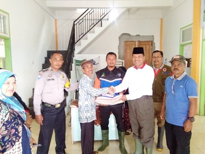 Penyerah bantuan untuk korban banjir di Nagari Batu Payuang Kecamatan Lareh Sago Halaban
