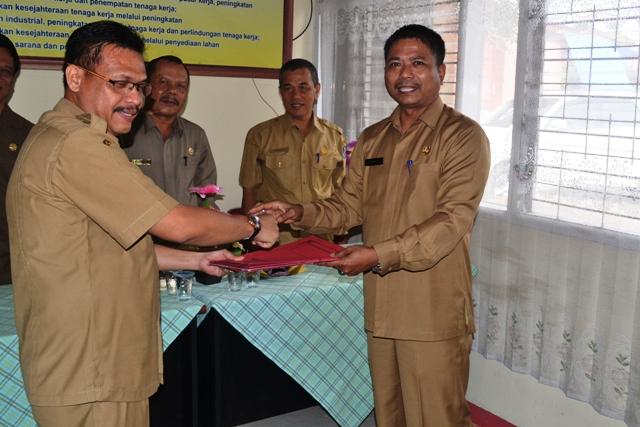 Serah terima Pejabat lama Nasriyanto,ST dengan Husin,SH.M,Si